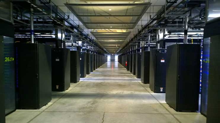 Nom : facebook-datacenter-hall.jpg