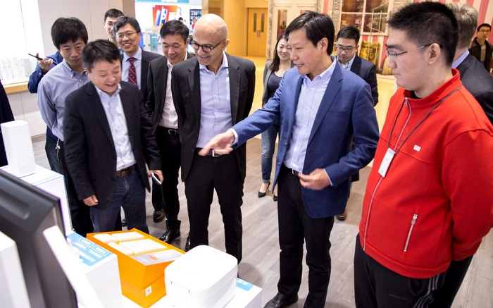 Nom : Microsoft CEO and Xiaomi CEO Visiting Xiaomi retail store.jpg Affichages : 1049 Taille : 125,9 Ko