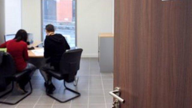 Nom : un-conseillere-du-pole-emploi-est-en-entretien-avec-un-demandeur-d-emploi-le-25-janvier-2010-a-h.jpg Affichages : 7875 Taille : 22,9 Ko