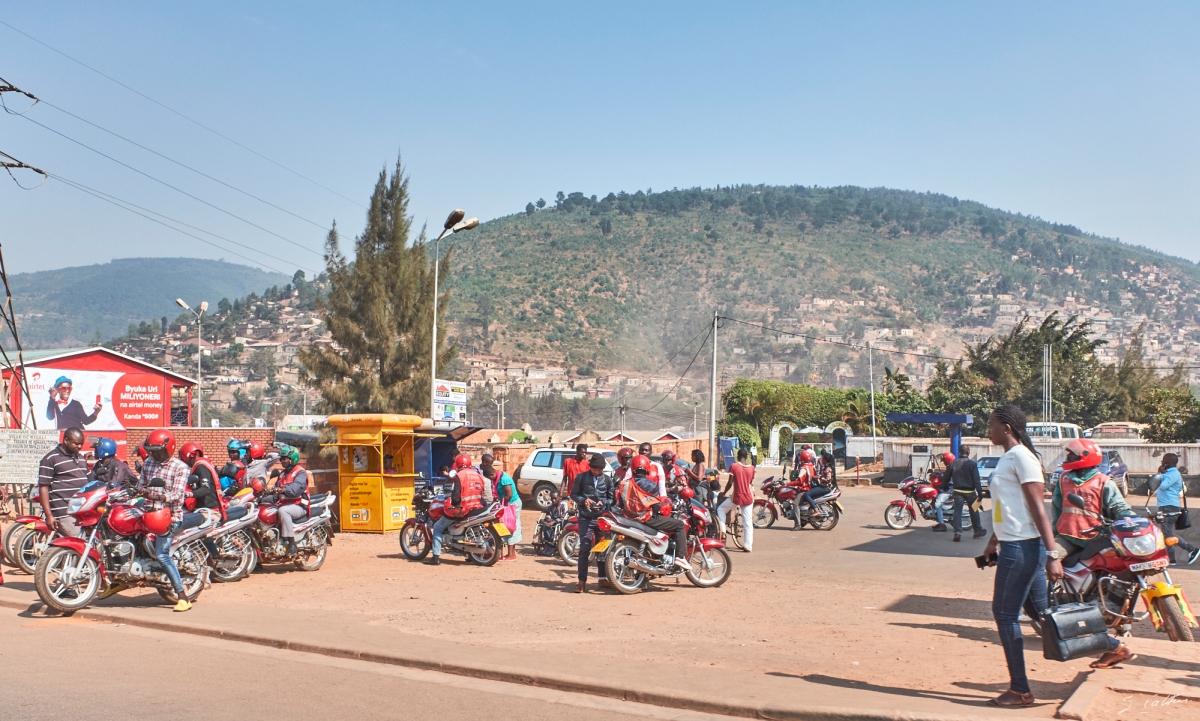 Nom : 2019-08-27-034564-Rwanda-moto-1200.jpg Affichages : 3022 Taille : 710,0 Ko