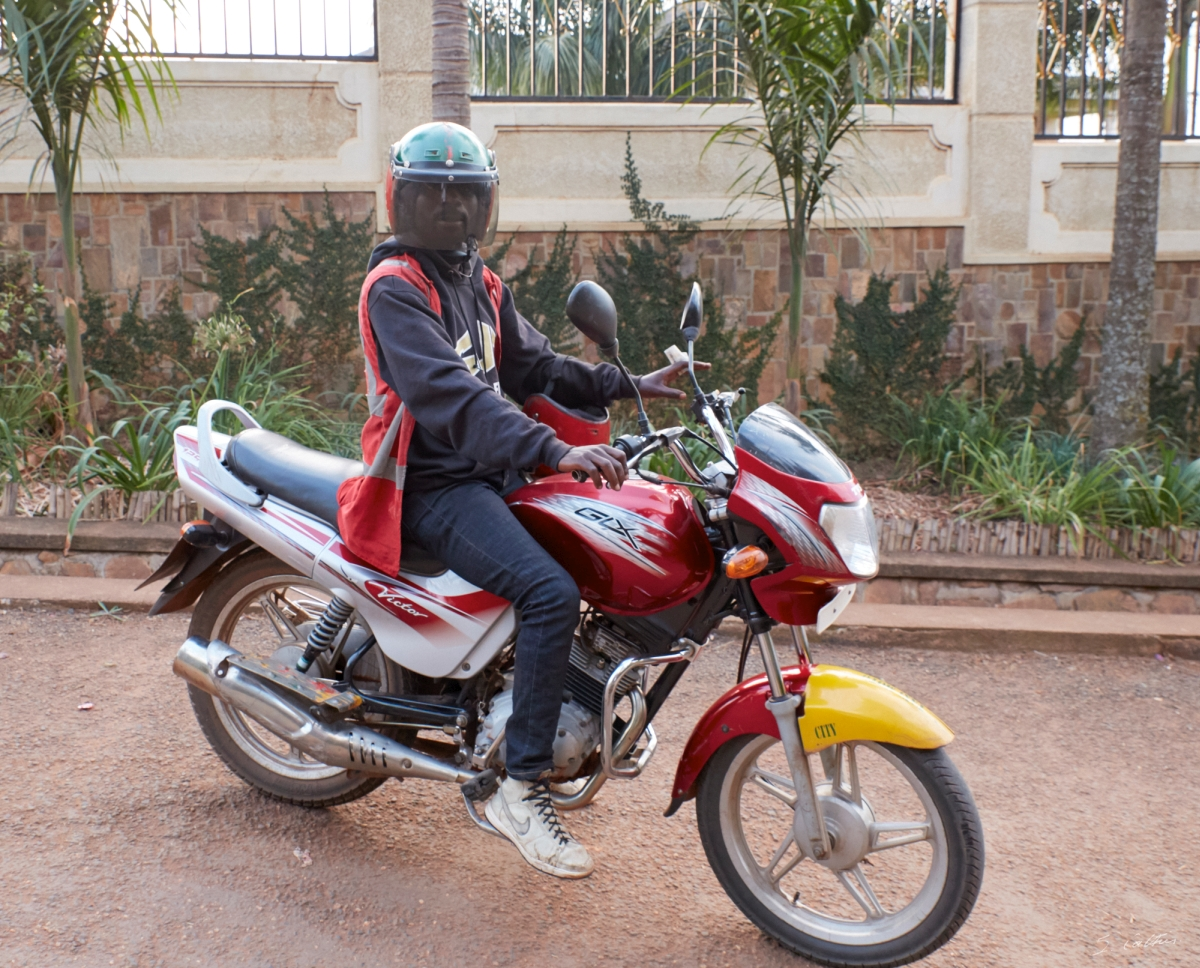 Nom : 2019-08-10-033880-Kigali-1200-Taxi-moto.jpg Affichages : 2970 Taille : 934,6 Ko
